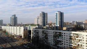 Kiev, Kiev, Ukraine - 18 novembre 2018 : Panorama aérien de la ville de Kiev, rues passantes avec le sort de voitures hiver, neig clips vidéos
