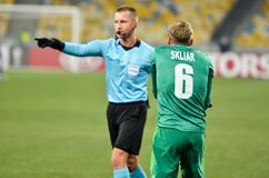 KIEV, UKRAINE - 29 novembre 2018 : Refereee Bartosz Frankowski pendant la correspondance d'UEFA Europa League entre Vorskla Polta images libres de droits
