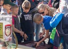 Kiev, Ukraine - 3 octobre 2015 : On enseigne des enfants à manipuler Image libre de droits