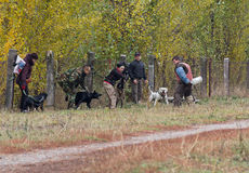 Kiev, Ukraine - 25 octobre 2015 : L'instructeur forme les chiens de garde agressifs Photo libre de droits