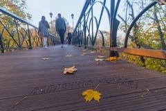 Kiev, Ukraine - 18 octobre 2017 : Les amants vont sur le pont des amants Images stock