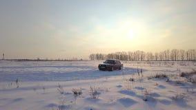 Kiev, Ukraine - 13 octobre 2018 : Rétro dérive rouge de voiture sur un champ dans la neige banque de vidéos