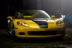 Kiev, Ukraine - 14 peuvent 2014 : Jaune de Corvette accordant en stock Designet jaune corvette dans la vieille usine Photographie stock libre de droits