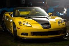 Kiev, Ukraine - 14 peuvent 2014 : Jaune de Corvette accordant en stock Designet jaune corvette dans la vieille usine Photos stock