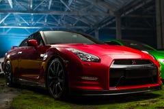 Kiev, Ukraine - 14 peuvent 2014 : Voiture de sport rouge gtr de Nissan en les anciennes actions Photographie stock