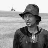 kiev ukraine 04 08 2007 Portret van de man met een stoppelveld in een hoed en een schort Witte en zwarte foto royalty-vrije stock afbeelding
