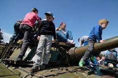 KIEV, UKRAINE - pouvez 09, 2015 : Les bandes militaires marchent le jour du soixante-dixième anniversaire de la victoire sur le n Images stock