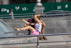 Kiev, Ukraine - 18 septembre 2015 : Jeunes couples faisant le selfie sur la place de l'indépendance Photo stock