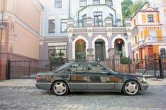 Kiev, Ukraine 6 septembre 2013 Loup de Mercedes E500 W124 sur le fond de belles vieilles maisons photo stock
