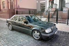 Kiev, Ukraine 6 septembre 2013 Loup de Mercedes E500 W124 sur le fond de belles vieilles maisons photos stock
