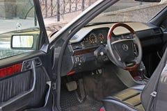Kiev, Ukraine - 6 septembre 2013 : Mercedes Vue de l'intérieur d'une automobile moderne montrant le tableau de bord photo stock
