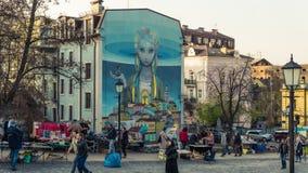 Kiev, Ukraine - 04 06 2019 : Touristes marchant au centre historique de Kiev image stock