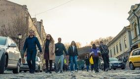 Kiev, Ukraine - 04 06 2019 : Touristes marchant au centre historique de Kiev images libres de droits