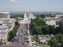 Kiev Vladimirsky passage och St Michael s domkyrka Arkivfoto