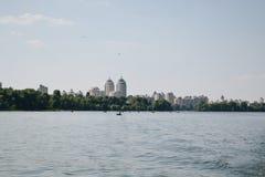 Kievskaya natur Vatten Dnieper rekreation Tien Shan Sommar värme promenad Byggande Arkivbilder