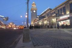Kievskiy stacja kolejowa nocą w Moskwa, Rosja Obrazy Royalty Free
