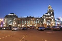 Kievskiy stacja kolejowa nocą w Moskwa, Rosja Fotografia Stock