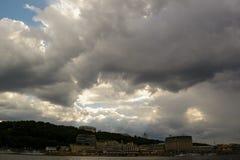 Kiew-Flussstation Passagierflussdampfer und Frachthafen Schwere Wolken lizenzfreies stockbild