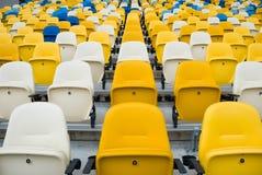 KIEW (KYIV), UKRAINE - 4. Oktober 2012: Leere Stühle vor einem Fußballspiel Lizenzfreies Stockbild