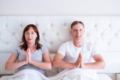 Kiew, Ukraine-09 10 2018: Apfel earpods Yoga, Mindfulness, Harmonie und Leutekonzept - glückliches Paar von mittlerem Alter in na stockbilder