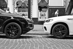 Kiew, Ukraine; Am 10. April 2014 BMW X5 M gegen Porsche Cayenne Turbo S lizenzfreie stockbilder