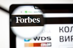 Kiew, Ukraine - 5. April 2019: Forbes-Websitehomepage Es ist eine amerikanische Handelszeitung forbes COM-Logo sichtbar stockfotografie