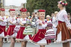Kiew, Ukraine - 24. August 2013 Feier des Unabhängigkeitstags, Mädchen mit handgemachten Puppen Stockfotografie