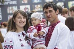 Kiew, Ukraine - 24. August 2013 Feier des Unabhängigkeitstags, schöne junge Familie Lizenzfreie Stockfotos