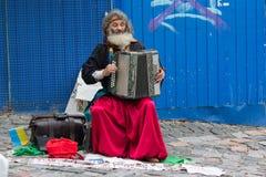 Kiew, Ukraine - 24. August 2016: Straßenmusiker, der das Akkordeon spielt Lizenzfreie Stockfotografie