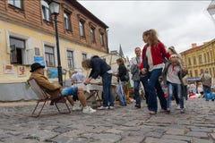 Kiew, Ukraine - 24. August 2016: Touristen, welche die Waren an einer Flohmarkt besuchen Lizenzfreie Stockfotografie