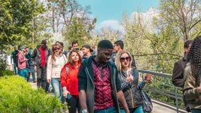 04 23 2019 - Kiew, Ukraine Botanischer Garten in der Mitte der Hauptstadt von Ukraine Die Touristen gehen in den Park und nehmen stockfoto