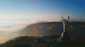 Kiew Ukraine das Mutterlands-Monument Luftbrummenvideoaufnahmen der enormen Stahlstatue der Frau mit Schild und Klinge stock footage