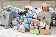 Kiew, Ukraine - 9. Dezember 2018: Übergelaufene Abfalleimer auf der Stadtstraße wegen der Beseitigung, die Service-Arbeitskräfte  stockbilder