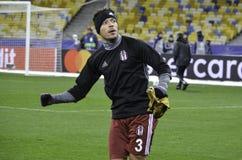 KIEW, UKRAINE - 6. DEZEMBER: Adriano Correia Claro dankt Fans während Stockfoto