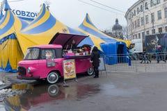 Kiew, Ukraine - 28. Dezember 2017: Kaffeemaschine und ein beweglicher Zirkus auf dem Kontraktova quadrieren Lizenzfreie Stockfotos