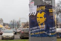 Kiew, Ukraine - 28. Dezember 2017: Plakat, das den Führer der Nationalisten Stepan Bandera mit einer Berufung darstellt, um zum M Stockfotografie