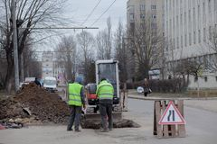 Kiew, Ukraine - 22. Februar 2019: Eine Gruppe Straßenarbeiter von den öffentlichen Einrichtungen in den reflektierenden spezielle lizenzfreie stockfotografie