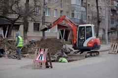 Kiew, Ukraine - 22. Februar 2019: Eine Gruppe Straßenarbeiter von den öffentlichen Einrichtungen in den reflektierenden spezielle stockfoto