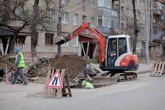 Kiew, Ukraine - 22. Februar 2019: Eine Gruppe Stra?enarbeiter von den ?ffentlichen Einrichtungen in den reflektierenden spezielle stockfotografie