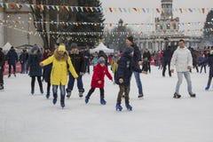 Kiew Ukraine - 01 01 2018: glückliche Menschen, die an der Eisbahn auf den Winterurlauben eislaufen lizenzfreie stockfotografie