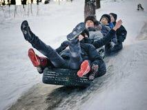 Kiew, Ukraine - 26. Januar 2014: Jugendlichleute sledging thro Stockbilder