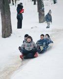 Kiew, Ukraine - 26. Januar 2014: Jugendlichleute sledging thro Lizenzfreie Stockfotografie