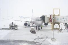 Flughafen im snawfall Stockbild