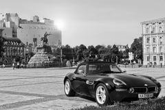 Kiew, Ukraine; 2015 am 13. Juli; BMW Z8 vor dem hintergrund des Monuments und des Hyatt stockbilder