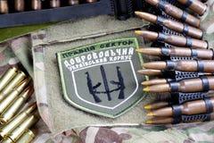 KIEW, UKRAINE - Juli, 08, 2015 Chevron des Ukrainers erbietet Korps mit den Wörtern freiwillig Stockfotografie