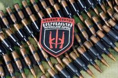 KIEW, UKRAINE - Juli, 08, 2015 Chevron des Ukrainers erbietet Korps mit den Wörtern freiwillig Stockfoto