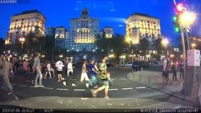 KIEW, Ukraine - Juli, 06, 2019 Ein schockierender Moment: ein Kind in einem leichten Kinderwagen fällt auf rauen Asphalt stock footage