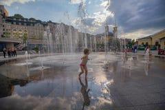 Kiew, Ukraine - 13. Juli 2018: Kinder baden im Brunnen auf dem Poshtova-Quadrat Lizenzfreie Stockfotos