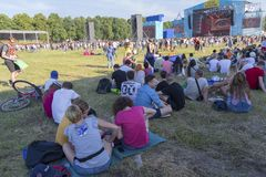 Kiew, Ukraine - 28. Juni 2017: Fans auf dem Gras nahe dem Stadium am Atlasmusikfestival Lizenzfreie Stockbilder