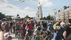 Kiew/Ukraine-Juni, 1 2019 Gruppe Fahrradreiter im Stadtzentrum am Fahrradtag Teilnehmer des Radfahrenparadereitens nahe Quadrat i stock video footage